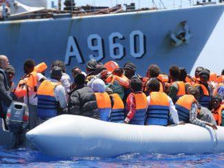 Rescatados 25 migrantes de una neumática cerca de Lanzarote,