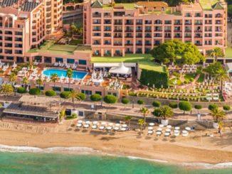 Fallecen dos personas al caer desde un balcón de un hotel un hombre sobre otro en una terraza de Marbella,