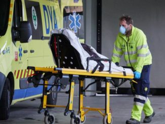 Miembros de una ambulancia del DYA Navarra procede al traslado de un paciente en el Complejo Hospitalario de Navarra durante a Pandemia Covid-19 en Abril 28, 2020 en Pamplona, Navarra, España - Eduardo Sanz / Europa Press