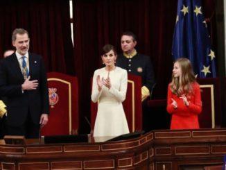 El Rey, acompañado de la Reina y sus hijas, agradece los aplausos tras pronunciar su discurso de apertura de la XIV Legislatura en el Congreso - CASA DE S.M. EL REY - Archivo