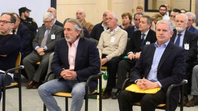 """Los acusados Álvaro Pérez """"El Bigotes"""" (i), Francisco Correa (c) y Pablo Crespo (d) al comienzo del juicio por la supuesta contratación irregular de una empresa de Gürtel para actos celebrados por la visita del papa Benedicto XVI a Valencia en 2006 que se - Pool - Archivo"""
