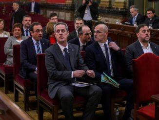 Los líderes independentistas, el exvicepresidente de la Generalitat Oriol Junqueras (d); el exconsejero de Asuntos Exteriores Raül Romeva (c) y el exconsejero de Interior Joaquim Forn (i), junto al resto de los acusados por el proceso soberanista catalán - Pool - Archivo