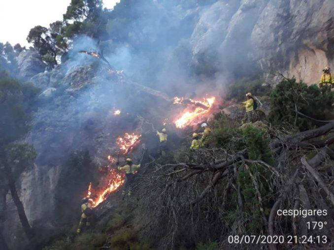 Los medios aéreos se incorporan al incendio de Quesada después de que un bombero resulte herido,
