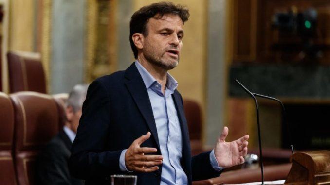 El diputado de Unidas Podemos, Jaume Asens, interviene desde la tribuna durante la sesión del Congreso en la que se ejerce el control al Gobierno