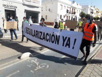 """Manifestación en Lepe (Huelva) para solicitar """"auxilio"""" para los afectados por los incendios en asentamientos,"""