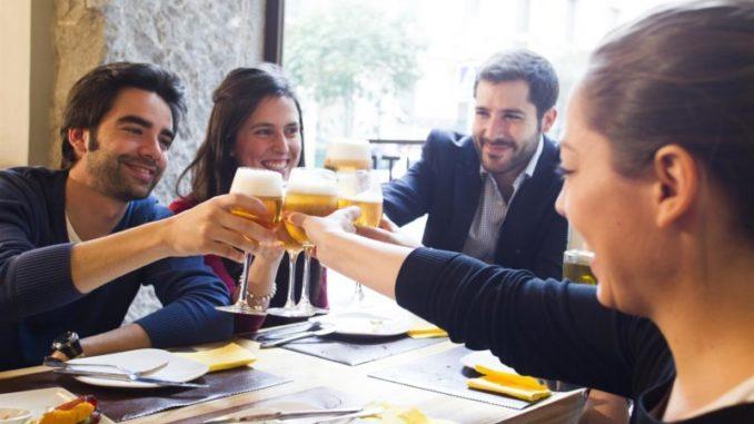 El consumidor de cerveza es sociable, preocupado por el medioambiente y con una activa vida social,